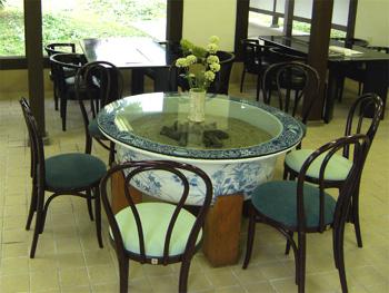 村岡総本舗 有田焼の火鉢のテーブル